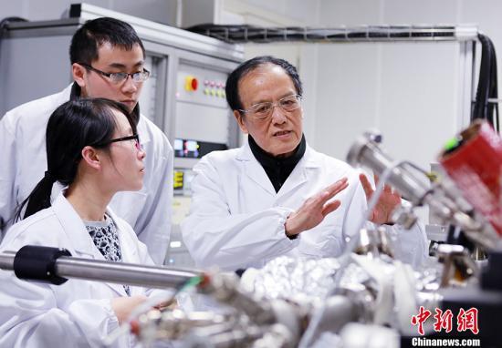 资料图为2017年3月3日,王泽山院士在实验室指导学生。 朱志飞 摄