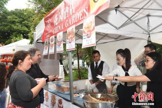 原料图片:国外民多购买中国美食。