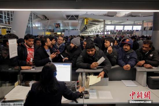 肯尼迪国际机场始末外交网站,警告航班将受到延宕。当局劝请乘客起程前去机场之前先向航空公司查询航班情况。图为新闻台前挤满了旅客。