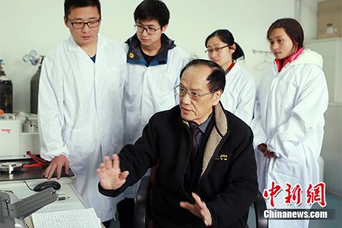 资料图为王泽山院士在指导学生。朱志飞摄