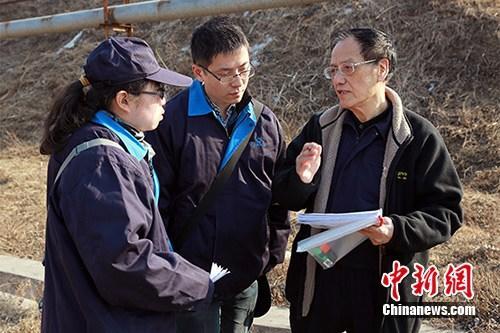 资料图为2017年3月10日王泽山院士(右)在辽阳试验场。朱志飞摄