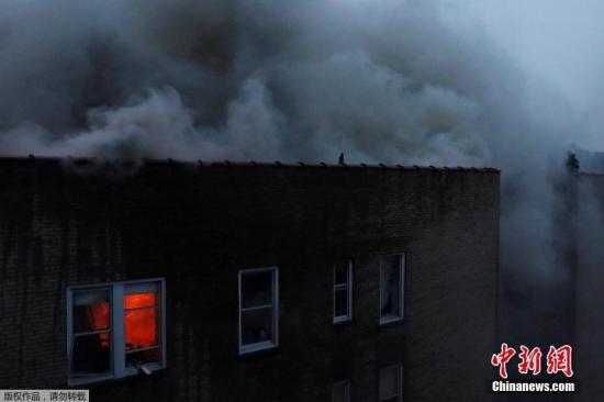 当地时间2018年1月8日,美国纽约,纽约曼哈顿上城一所六层高的公寓楼发生7级大火,14人受伤。据报道,靠近河滨大道(Riverside Drive)和西156街的一座6层公寓楼下午1点左右爆发大火。