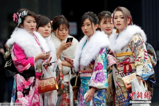 年轻姑娘穿着色彩斑斓的和服。