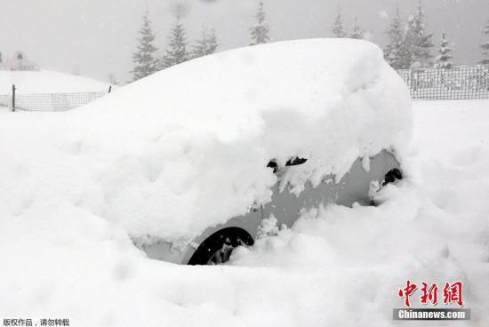 当地时间2018年1月8日,意大利科拉维耶雷,当地降下大雪,造成民众出行困难。