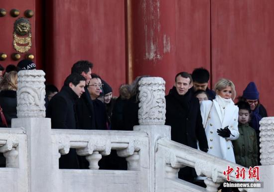 1月9日上午,在中国进行国事访问的法国总统马克龙偕夫人布丽吉特一同在北京参观故宫。 中新社记者 卞正锋 摄