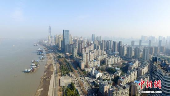 航拍武汉武昌江边城市建筑。中新社记者 张畅 摄