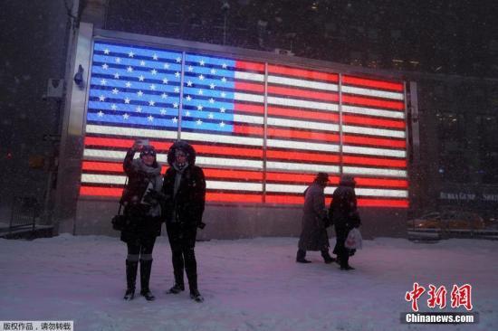 这场来势汹汹的暴风雪过后,原本是纽约旅游胜地的时代广场变得尤为冷清。