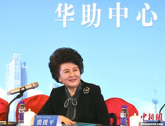 """1月10日,国务院侨办主任裘援平出席了在北京举行的2018年""""华助中心""""年度工作座谈会,与来自37个国家56家华助中心的代表进行深入交流。裘援平表示,今年工作将重点放在信息建设,义工队伍的组织,以及提高法律服务水平三个方面。裘援平说,""""华助中心""""从无到有,茁壮成长,以真情、挚爱给侨社增添了温暖,给侨胞提供了关爱,已经成为凝聚侨社力量,促进和谐发展,造福广大侨胞的重要平台。<a target='_blank' href='http://www.chinanews.com/'>中新社</a>记者 张勤 摄"""