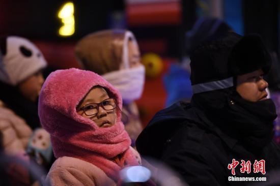 资料图:裹着冬装出行的民众。<a target='_blank' href='http://www.chinanews.com/'>中新社</a>记者 李进红 摄