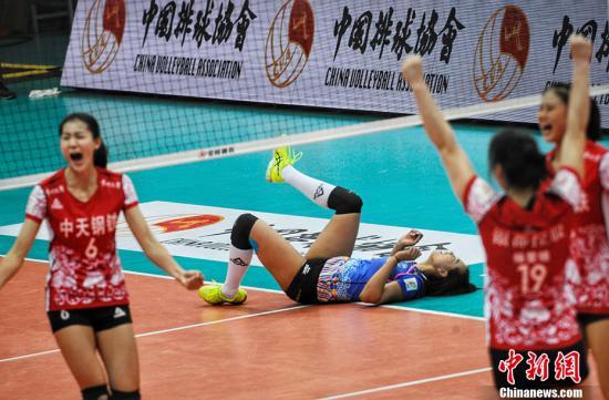 北京女排主场迎战卫冕冠军江苏,图为获得本场比最佳球员的球员曾春蕾。中新网记者 李霈韵 摄