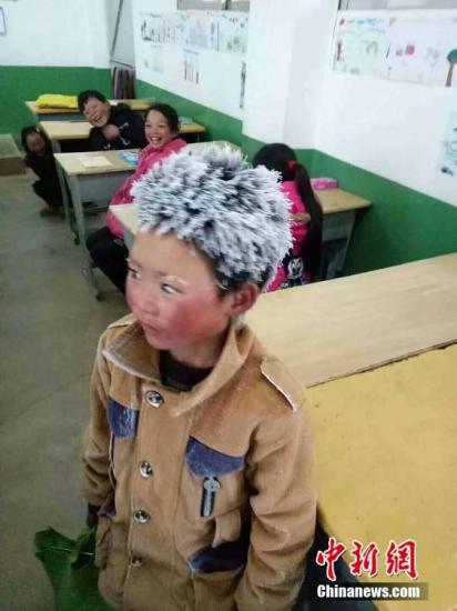 """资料图:""""冰花男孩""""。图片来源:视觉中国"""