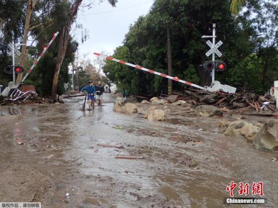 1月9日,在美国加州南部蒙特西托,一场强烈的暴雨引发了山洪和泥石流,雨势几乎集中在托马斯大火处,数千人逃离家园。
