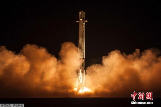 """当地时间1月7日,美国太空探索科技公司(SpaceX)发射一艘名为""""祖马""""(Zuma)的飞船,这艘飞船为美国政府所有,""""身份""""极为神秘,无论是其任务性质、属于政府哪个单位,至今仍然是一个谜。目前关于这艘飞船的设计、发射目的、任务等都呈保密状态,除了代号以外,外界一无所知。"""