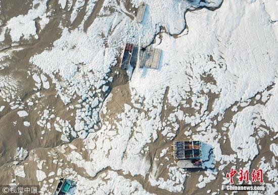 """1月10日,江苏连云港市沿海岸边出现的海冰,在阳光下好似皑皑白雪,蔚为壮观。进入""""三九"""",我国大部地区进入一年中最冷的时段,受到持续冷空气影响,全国多地出现大幅降温,迎来低温冰冻天气,中央气象台继续发布寒潮黄色预警。耿玉和 摄 图片来源:视觉中国"""