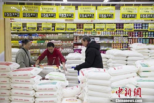 1月10日,山西太原,民众正在超市购买面粉。当日,中国国家统计局公布的数据显示,2017年12月份,中国CPI同比上涨1.8%,涨幅较上月扩大0.1个百分点。去年全年,中国CPI同比涨幅有11个月低于2%。尽管去年年末中国居民消费价格(CPI)同比涨幅略有扩大,但2017年全年物价维持1.6%的涨幅,走势温和。 <a target='_blank' href='http://www.chinanews.com/'>中新社</a>记者 张云 摄
