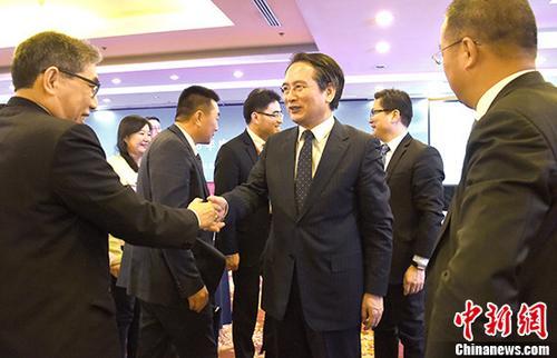 """1月9日,2018年""""华助中心""""年度工作交流会在北京举行,来自37个国家56家华助中心的代表与会。截至目前,华助中心总数达60家,遍布40个国家,全球为侨服务网络初步形成。会上,围绕扶贫救困、义工队伍建设、法律援助等主题,多位华助中心负责人回顾了过去一年的工作情况,分享了各自的经验。中国国务院侨务办公室副主任谭天星出席会议。 <a target='_blank' href='http://www.chinanews.com/'>中新社</a>记者 张勤 摄"""