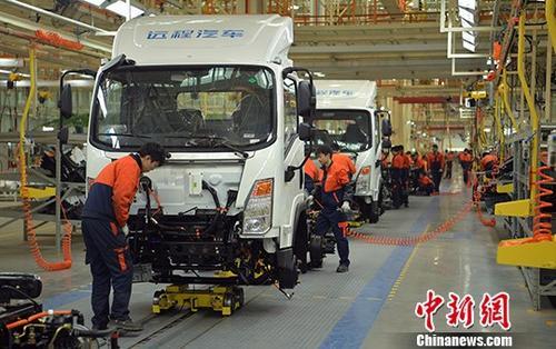 1月10日,中国国家统计局公布的数据显示,2017年12月份,中国PPI同比上涨4.9%。从全年数据来看,2017年全年PPI上涨6.3%。图为四川某汽车制造公司整车组装车间内一片繁忙。(资料图) 中新社记者 刘忠俊 摄