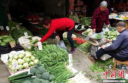 资料图:民众在菜市场挑选蔬菜。<a target='_blank' href='http://www.chinanews.com/'>中新社</a>记者 刘忠俊 摄
