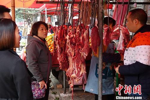 图为成都某市场内挑选购买牛肉的民众。(资料图) 中新社记者 刘忠俊 摄