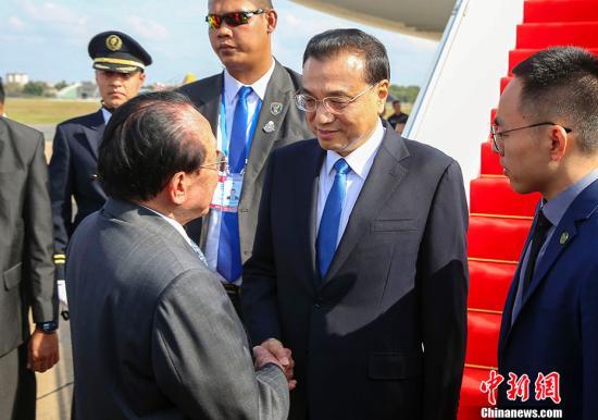 当地时间1月10日下午,中国国务院总理李克强乘专机抵达金边,与柬埔寨、老挝、泰国、越南、缅甸领导人共同出席将在这里举行的澜沧江�D湄公河合作第二次领导人会议。在出席会议后,李克强将应柬埔寨首相洪森邀请对柬埔寨进行正式访问。 中新社记者 刘震 摄