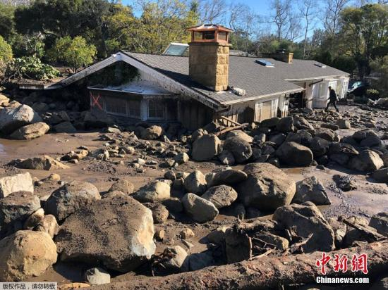 当地时间2018年1月10日,美国加州蒙特西托,航拍美国加州泥石流灾害现场。加利福尼亚州圣巴巴拉县冬季风暴所引发的泥石流已经造成15人死亡,同时有24人失踪,300人被困。图为被泥石流掩埋的房屋,只露出房顶。