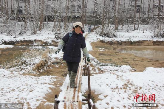 该工作人员介绍,2017年10月29日,汉中市交通局邀请专家组对桥的设计图纸进行初步评审。2017年12月1日汉中市交通局下发初步评审意见,设计单位对设计进行修改完善。根据修改意见,该桥长135米、宽8米。目前建桥位置已确定,正在组织招投标选定施工单位,预计今年3月1日开工,争取在6月1日前竣工。张映伟 周金柱 摄 图片来源:视觉中国
