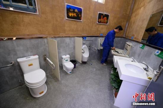 资料图:公共厕所。杨华峰 摄