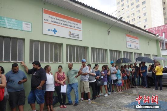 资料图:巴西民众接种疫苗预防黄热病。中新社记者 莫成雄 摄