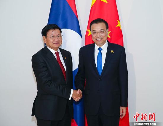当地时间1月10日晚,中国国务院总理李克强在金边会见老挝总理通伦。中新社记者 刘震 摄