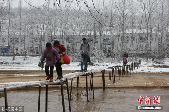 陕西城固县交通运输局工作人员11日告诉记者,当地67名学生走竹桥上学一事属实,学生上学、放学本应走距离竹桥约2公里远的马家河桥,但因不愿走远路,所以搭桥图个方便。张映伟 周金柱 摄 图片来源:视觉中国