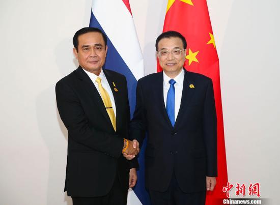 当地时间1月10日晚,中国国务院总理李克强在金边会见泰国总理巴育。中新社记者 刘震 摄