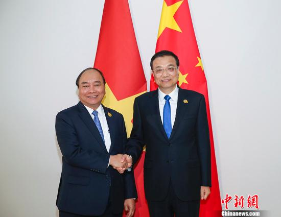 当地时间1月10日晚,中国国务院总理李克强在金边会见越南总理阮春福。中新社记者 刘震 摄