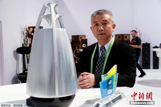 """资料图片:传统音响制造商惠威带来一款无线智能音响,这款名为""""Phonism 1""""的云端无线智能音响被授予CES 2018创新大奖。这款产品外形充满科技感,宛如来自未来,除了曼妙音质,它还可以跟用户互动。"""