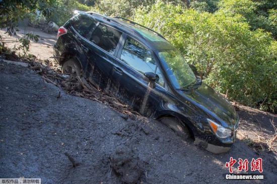 深陷在淤泥中被损毁的车辆。