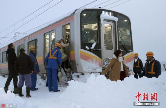 日本迎来今冬最强寒流 各地普降大雪
