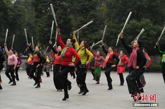 资料图:重庆老人拿棒球棍跳广场舞。陈超 摄