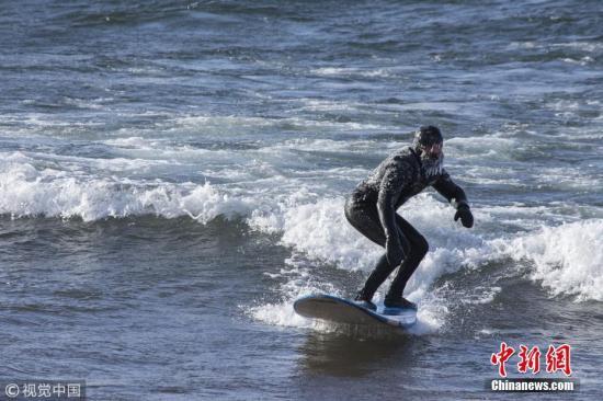 资料图:冲浪。 来源:视觉中国