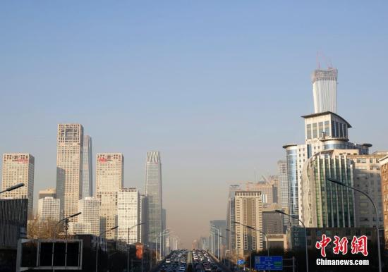 1月12日,远望北京CBD地区,蓝天与雾霾分界清晰。北京市空气重污染应急指挥部11日发布空气重污染橙色预警,将于13日0时至15日24时实施橙色预警措施,这也是今年首次重污染天气过程。<a target='_blank' href='http://www.chinanews.com/'>中新社</a>记者 李慧思 摄