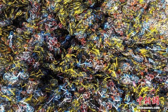 福建省厦门市同安区,数万辆共享单车杂乱无章的堆放在一空地上。 王东明 摄