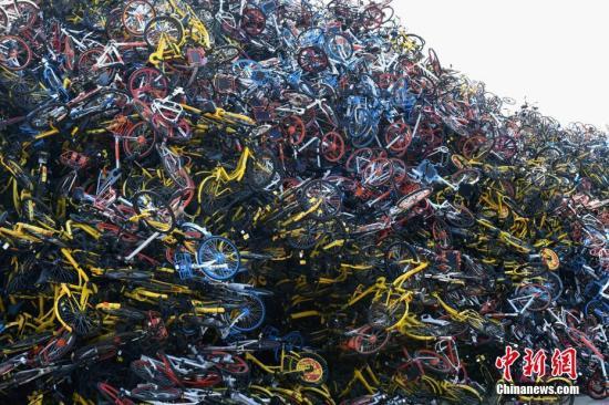 资料图:福建省厦门市同安区,数万辆共享单车杂乱无章的堆放在一空地上。 王东明 摄
