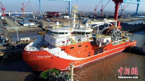 """资料图:1月12日,先进深海原油转驳船""""SeaLoader1""""缓缓从江苏启东中远海工码头驶出,前往海域进行试航。据介绍,该船总长约90米,型宽约20米,生活区可供36人居住。全船采用可变速柴油机、直流电站系统,可显著提高燃油经济性,将开创全新的海洋油田原油转驳方式。该船是由南通中远船务工程有限公司为挪威船东Sealoading设计建造,具有很强的动力定位能力,便于大型油船定位在安全作业的海域,可将FPSO(浮式生产储油船)上的原油快速安全地转驳到常规油船上。 陈福广 摄"""