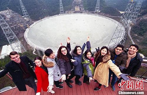 1月13日,留学生在FAST观景台合影留念。 <a target='_blank' href='http://www.chinanews.com/'>中新社</a>记者 贺俊怡 摄