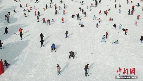 国办:推进冰雪运动南展西扩东进战略 带动3亿人参与