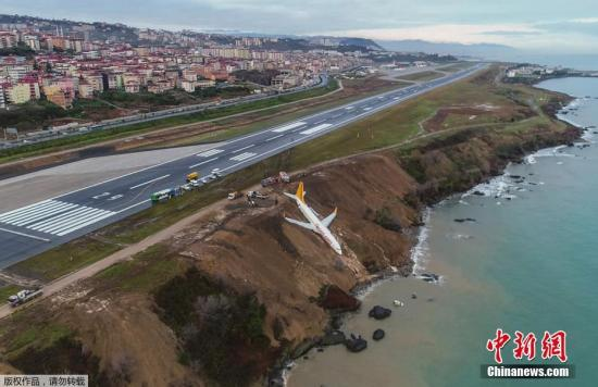 当地时间1月13日晚,一架飞机在位于土耳其东北部特拉布宗省一个机场降落时,不慎冲出跑道。据特拉布宗省省长称,冲出跑道的飞机机型是波音737-800型客机,从土耳其安卡拉起飞,机上载有乘客和机组人员共162人。机上所有人员都被紧急疏散,没有人员伤亡的报告。事发机场也被紧急关闭,飞机冲出跑道的原因正在调查中。另据外媒报道,客机在滑出跑道后,悬挂在海岸峭壁上摇晃,十分危险。 文字来源:央视网