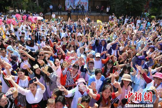 图为众多游客穿着异域特色丝路服饰玩穿越。 陈超 摄