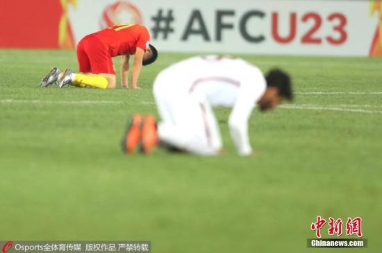 资料图:北京时间1月15日下午,中国队在U23亚洲杯小组赛最后一轮赛事中1-2负于卡塔尔队。中国队以1胜2负战绩结束小组赛,无缘出线权。第3分钟,邓涵文抢断后送出助攻,姚均晟破门得分。第41分钟,中国队队长何超两张黄牌被罚下,半场结束前莫埃兹・阿里为卡塔尔队扳平比分;第77分钟,莫埃兹・阿里在快攻机会中梅开二度,卡塔尔队将比分改写为2-1。 图片来源:Osports全体育图片社