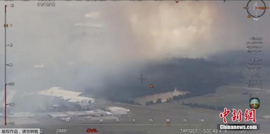 当地时间1月13日,澳大利亚新南威尔士州发生山火。视频截图