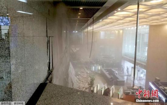 当地时间1月15日,印尼证券交易所大楼发生部分垮塌事故,图为发生垮塌的大楼内部。