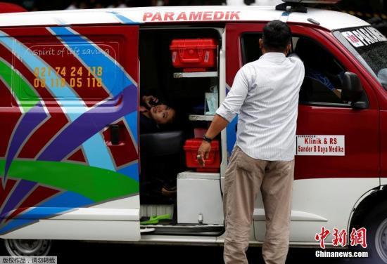 当地时间1月15日,印尼证券交易所大楼发生部分垮塌事故,目前伤亡情况尚不明确。路透社援引目击者消息称,约有十余名伤者被用担架抬出。