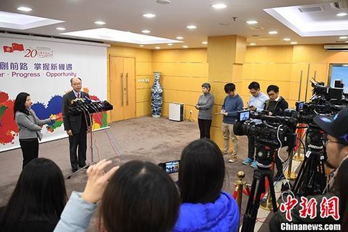 1月15日,香港特区政府运输及房屋局局长陈帆在北京与中国铁路总公司举行会议,就广深港高铁开通营运后的班次、票价等达成基本共识。当天下午,陈帆在香港特区政府驻北京办事处会见记者,介绍此次会议相关内容。 <a target='_blank' href='http://www.chinanews.com/'>中新社</a>记者 崔楠 摄